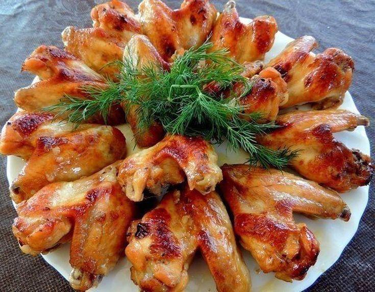 Куриные крылышки в медово-соевом соусе.  Ингредиенты: 1 кг куриных крылышек 2 ст. л. меда 4 ст. л. соевого соуса 2 ст ложки оливкового масла 1 ч. л. острого соуса Табаско 1 ст. л. хорошего кетчупа или томатной пасты соль, специи  Приготовление: Приготовить соус (смешать все ингредиенты). Крылышки помыть, просушить и залить соусом. Дать постоять в маринаде не меньше 2-х часов, можно оставить на ночь в холодильнике. Форму для выпечки смазать маслом и выложить маринованные крылышки. Выпекать…