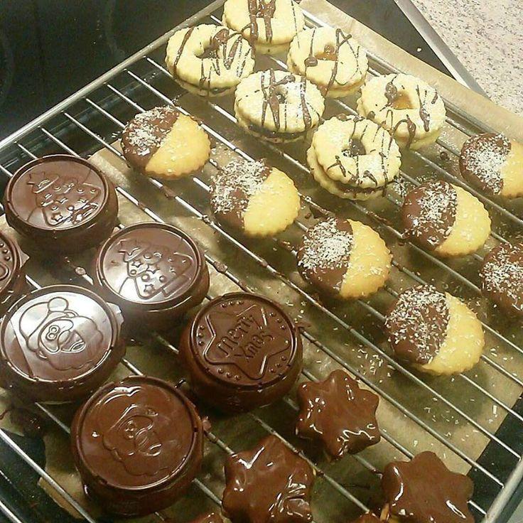Finom tészta, lekvár és csoki, kell ennél jobb? Ma egy olyan tészta receptet mutatunk, amelyből több féle süti készülhet, a díszítés pedig a végtelenségig variálható.  Hozzávalók     30dkg liszt,   20dkg vaj,   10dkg porcukor,   1 vanillincukor,   egy kevés