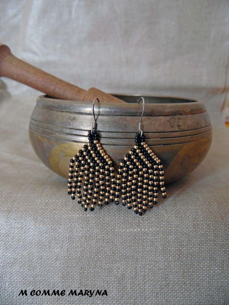 Boucles d'oreilles perles Miyuki ethniques tissée main mini modèle Bohochic indien huichol Noir et doré : Boucles d'oreille par m-comme-maryna