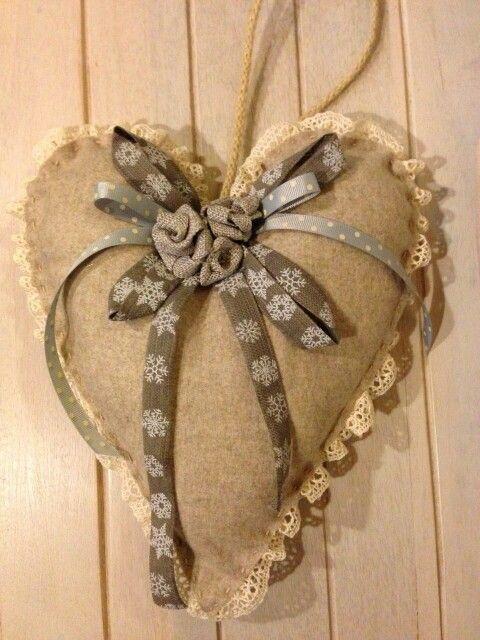 Coração em Linho com Rendinha em Volta e Flores com Fitas