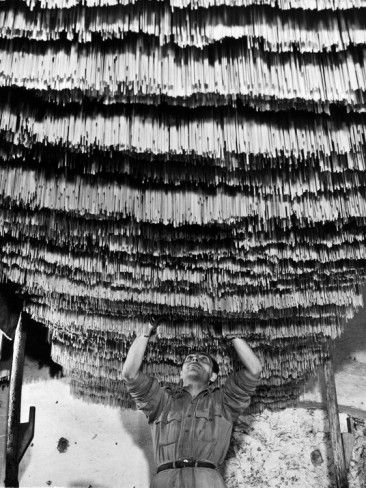 Alfred Eisenstaedt - Pasta in the drying room