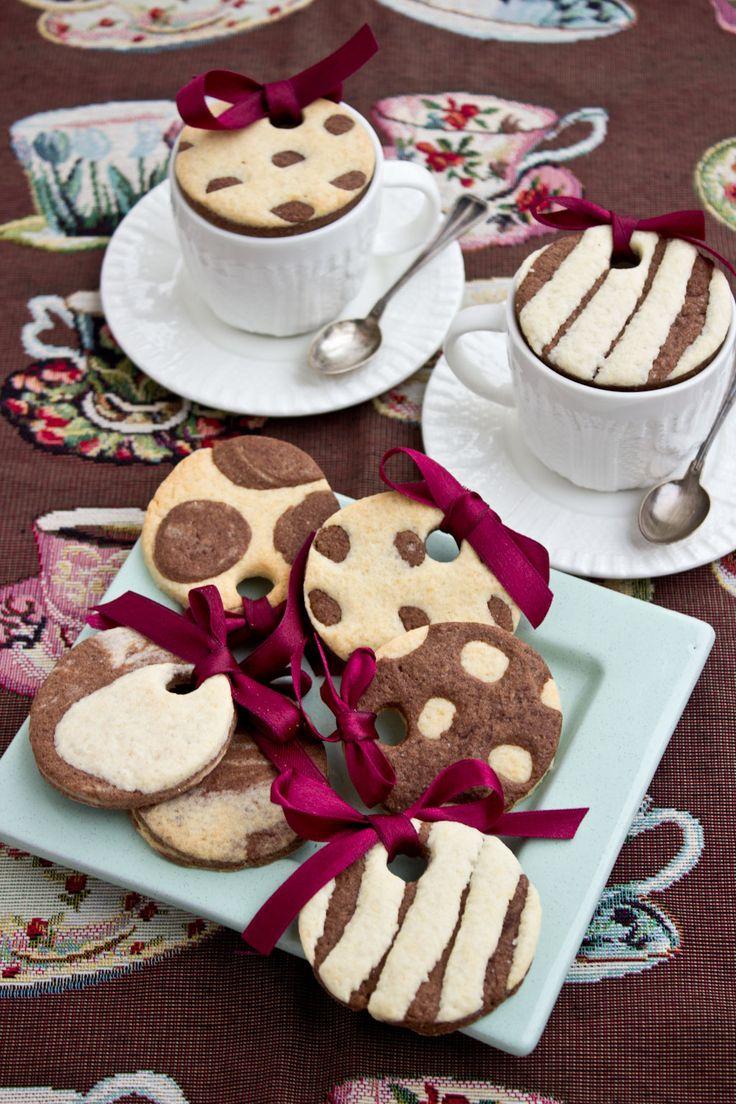 C'è qualcosa di molto gratificante nel portare in tavola un vassoio di tazzine di caffè coperte da questi biscotti optical copritazzina. Inattesa, perfino insperata, al caffè che doveva siglare la fine della cena in compagnia si accompagna invece una nuova dolce sorpresa, prova della cura e della fantasia di chi…
