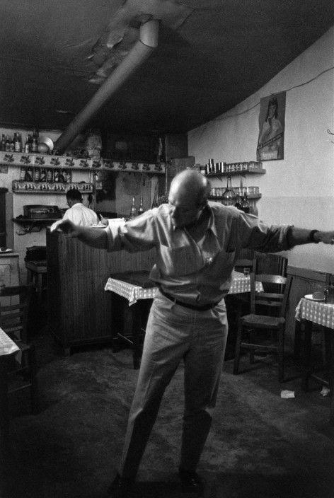 "Henri Cartier-Bresson The Greek painter Yannis TSAROUCHIS. ""Ο μοναχικός θρήνος"". Το ζεϊμπέκικο δύσκολα χορεύεται. Δεν έχει βήματα είναι ιερατικός χορός με εσωτερική ένταση και νόημα που ο χορευτής οφείλει να το γνωρίζει και να το σέβεται.Είναι η σωματική έκφραση της ήττας.Η απελπισία της ζωής.Το ανεκπλήρωτο όνειρο. Είναι το «δεν τα βγάζω πέρα».Το κακό που βλέπεις να έρχεται.Το παράπονο των ψυχών που δεν προσαρμόστηκαν στην τάξη των άλλων...."" Διονύσης Χαριτόπουλος."