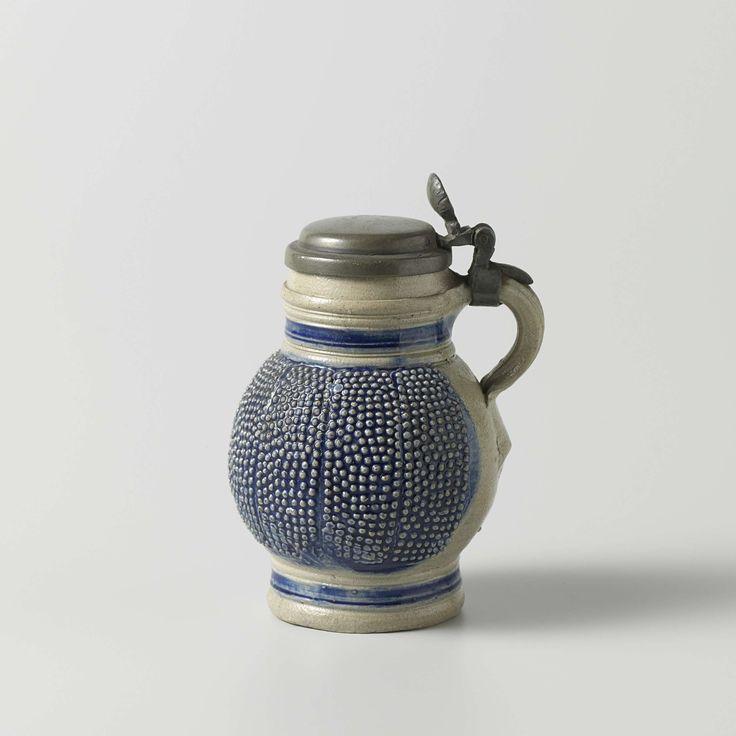 Anonymous | Kan, Anonymous, 1630 - 1670 | Kan van steengoed, met tinnen deksel. De kogelvormige buik gaat over in de wijde, cilindervormige hals. De buik is geheel bezet met banen van opgedrukte puntjes op een blauwe fond.