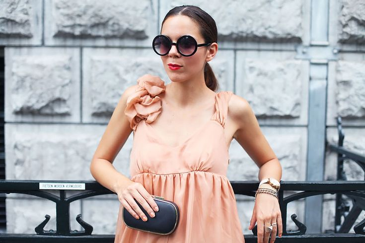 Simple accessories let your outfit shine :) I've gone for a monochrome clutch, sunglasses and jewellery to compliment my pale pink dress