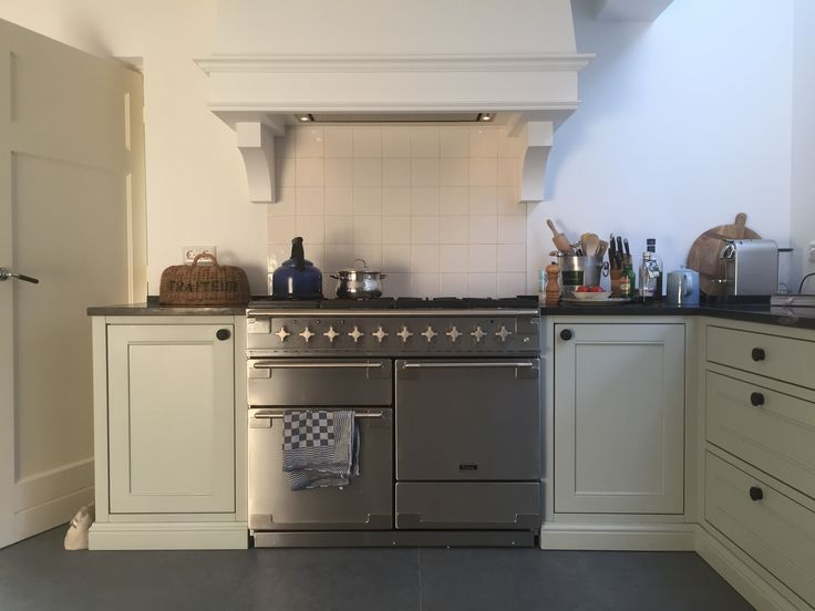 Country kitchen,  stove Flacon Elise RVS. Farrow and ball light blue with steel. Belgisch hardsteen blad.