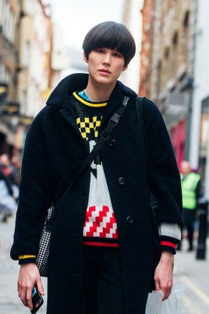 La escritora queer, Yelena Moskovich, discute el ascenso de la estética lésbica sobre las pasarelas y el street style, y por qué este es un momento tan poderoso en la moda. Yves Saint Laurent, Sexy, Street Style, Jackets, Outfits, Hair, Fashion, Spring Summer, Fall Winter