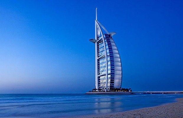 """Em Dubai, tudo é extravagante. Boa parte da cidade foi construída sobre ilhas artificiais, inclusive o Burj Al Arab, que significa """"torre das arábias"""". O projeto é do arquiteto inglês Tom Wright, que desejava transformá-lo em um ícone do local, como a Tor (Foto: Divulgação)"""