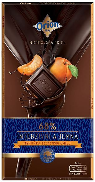 Orion 68% Merunka Se Spetkou Chili... Μαύρη σοκολάτα 68% κακάο με κομματάκια βερίκοκο και chili. Αρωμα κακάο χωρίς να φαίνεται του βερίκοκου. Νόστιμη μαύρη σοκολάτα, μέτρια γλυκιά με λιπαρή υφή από το βούτυρο κακάο με υπόνοια γεύσης βερίκοκου. Στο τέλος αφήνει πικάντικη γεύση από το chili. Ωραίος συνδιασμός αλλά όχι με το ανάλογο γευστικό αποτέλεσμα.