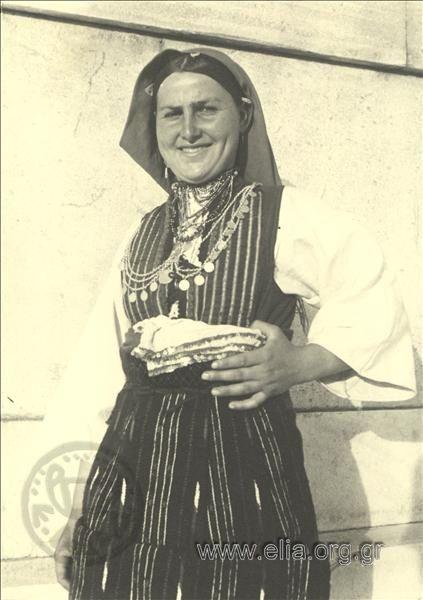 Εορτασμοί της 4ης Αυγούστου: γυναίκα από τη Μακεδονία, περιοχή Φλώρινας. ΤόποςΑθήνα Χρονολογία1937 Αρχείο/ΣυλλογήΚΟΤΖΙΑΣ, ΚΩΣΤΑΣ