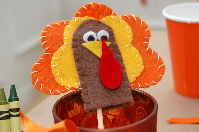 Thanksgiving decorations for the kids table! - LOVE IT!