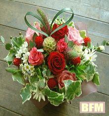 お母さんへ情熱的な思いを乗せて そんなフラワーアレンジメントです。 http://www.basketflowermarkets.com/haha.htm
