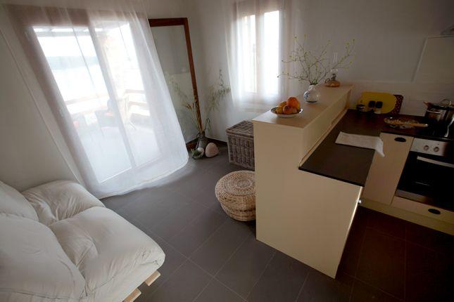View the interior of a Casa Kalypso suite / Allonissos