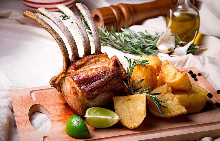 Καρέ χοιρινό με πατάτες φούρνου και δεντρολίβανο
