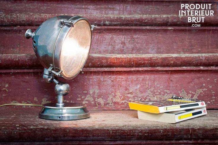 Lampada Argentata. Questa lampada in ottone argentato altamente lucidato può essere utilizzata come lampada da tavolo, su una superficie di uno scaffale o di una scrivania. Può anche essere montata a parete infatti la sua base ha fori per alloggiare le viti di fissaggio.