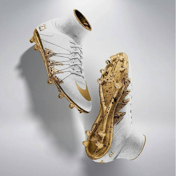 Estos zapatos son amarillo y blanco. Estos zapatos de fútbol son muy bueno para jugar. Estos zapatos son para Cristiano Ronaldo y Messi. Puedes comprar estos zapatos a la nike y cuestan ciento dolores.