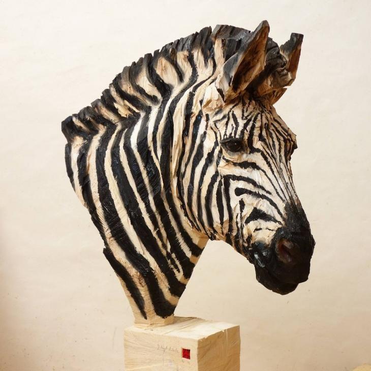 Этот скульптор создает работы с помощью бензопилы