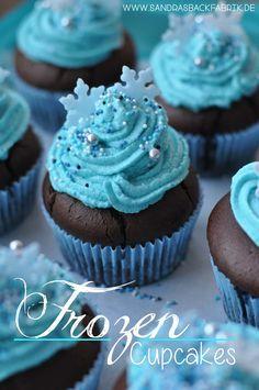 Leckere Schoko-Blaubeermuffins mit blauem Frischkäse-Topping und etwas Zuckerdekor und ferig sind perfekte Frozen Cupcakes für den nächsten Kindergeburtstag