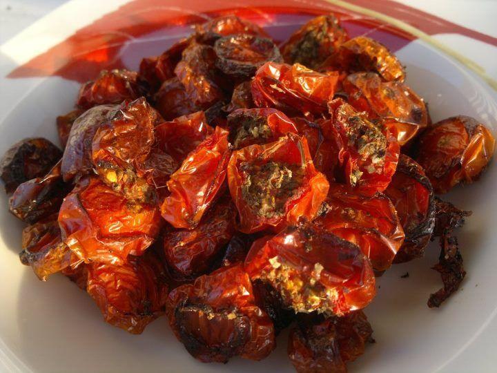 Na plech naskládej rajčátka příčně rozříznutá, osol, přidej zbytek bylinek a vlož do vyhřáté trouby na 180°.. Teď pokud chceš impozantní...