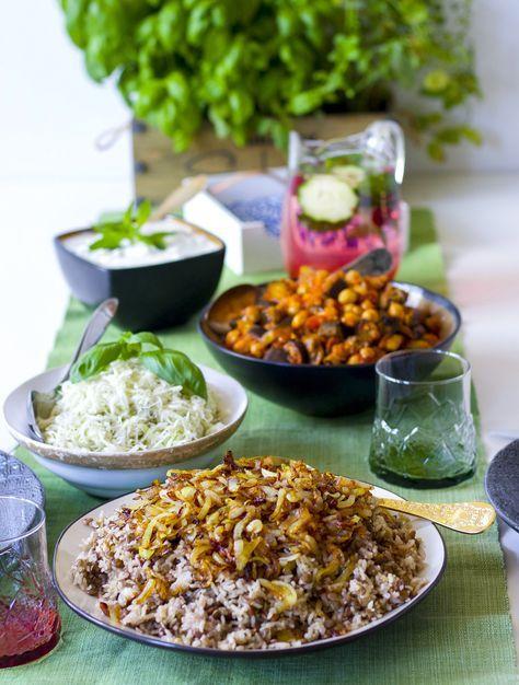 Mujadara är en favoriträtt från Libanon. Ris med gröna linser och karamelliserad lök. Det är så smakrikt och gott att det räcker att servera mujadara med sallad och yoghurt.