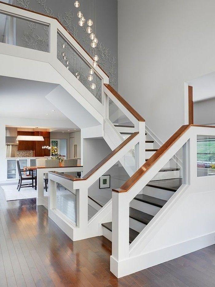 treppe mit glasgeländer weiß mit holz brüstung