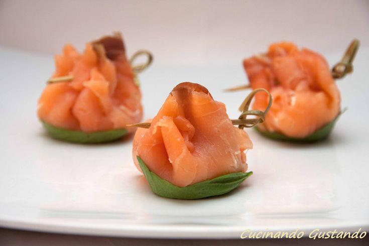 Fagottini di salmone affumicato e philadelphia sono un semplice antipasto molto veloce e facile da preparare ideale per la stagione estiva.