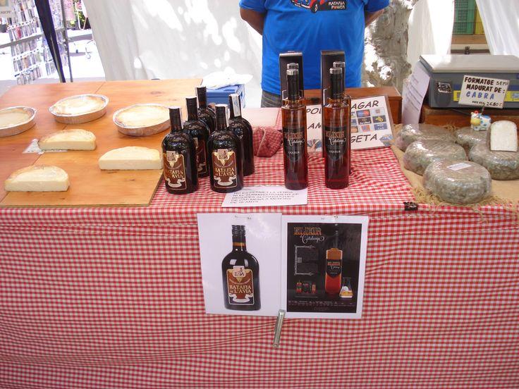 4a Fira de la ratafia i mercat de productes de la terra de Centelles (Barcelona). 01 i 02 de juny de 2013. Ratafia Sorel (Maresme) i formatges del Molí de la Llavina (Centelles)