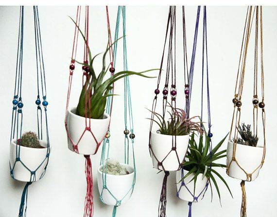 Perfect as a Christmas gift idea!  These hanging planters are made of waxed polyester cord, very resistant and durable.  Choose the number of planters you want and specify colors in the note to buyer. You will recieve each planter in a lovely gift box ♥