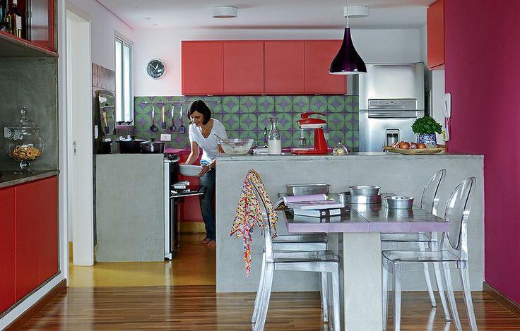 A mistura é mais que inusitada, de chocar qualquer monocromático. Ladrilhos roxos e verdes, bancada da pia e parede cor-de-rosa, armários vermelhos e piso amarelo. A cozinha da pedagoga Ana Paula Yazbek é um banquete para quem ama cores. E teve mesmo um certo atrevimento da arquiteta e designer Adriana Yazbek