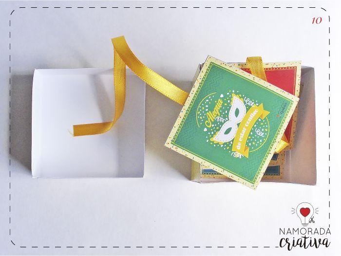 """Oi gente! Preparados para o Carnaval? Já está chegando e inspirado nessa festa trago para vocês um DIY bem fácil e rápido de fazer para presentear o namorado (a). É uma caixa-cartão que ao ser aberta, os cartões vão sendo mostrados. Vamos lá?  MOLDES >>Caixa-cartão Carnaval do amor<< * Opção dos cartõessem texto, em formato """"jpg"""" para que você acrescente como quiser em algum programa de edição de imagens, como o Photoscape por exemplo:AQUI  Papéis Para o projeto, usei o papel ..."""