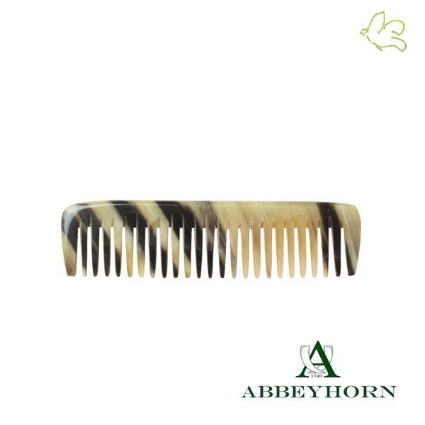 Mini Peigne de Poche à dents larges aux pointes arrondies. 100% naturel en corne véritable. Un tout petit peigne en corne naturelle (9cm), idéal pour les bébés, une poche de veste ou le sac à main. Grâce à sa denture large et ses pointes arrondies il est partiulièrement doux pour le cuir chevelu sensible. 12,50€ #homme #mini #peigne #corne #naturel #abbeyhorn #luxe #exception #artisanat #bebe #poche #cheveux #soin #horncomb