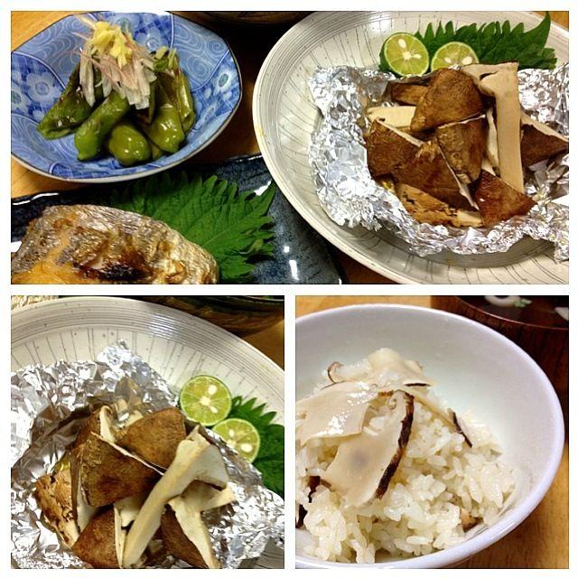 頂き物の松茸、開けた時は思わず拝んでしまいましたが、香りが… あまり無い。この時期のだから国産では無いのは分かっていますが、ちょっと残念。松茸ご飯は、インスタントの松茸のお吸い物を使い、香り付けして炊き上げました(^_^;) - 97件のもぐもぐ - 松茸のホイル焼、太刀魚の塩焼き、万願寺唐辛子の焼いたん、サラダ、松茸ご飯 by keiyan
