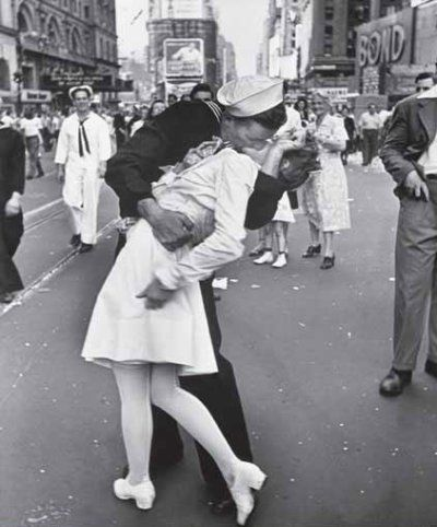 1945 e o mundo festejava o fim da segunda guerra mundial, e em meio a uma multidão de 750 mil pessoas um marinheiro mais animadinho beijava todas as mulheres a sua volta.  Foi quando ele cruzou com Edith Shain, a enfermeira, e foi quando Eisenstaedt clicou o famoso beijo no meio da Times Square.  Edith Shain a enfermeira da foto faleceu no ano de 2010 aos 92 anos, a identidade do marinheiro nunca foi descoberta. O que fica é essa imagem linda que tem um significado histórico para o mundo…