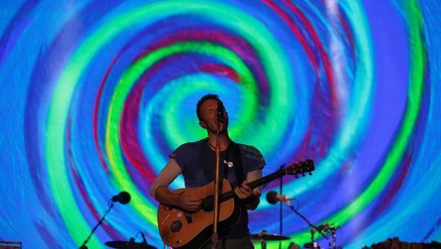 Chris Martin, cantante y líder de Coldplay, en un concierto de la banda británica. Coldplay apoya con un vídeo el rescate a inmigrantes en el Mediterráneo  En «Rescue Humanity» Chris Martin interpreta una versión del éxito de la banda «Don't panic» para promocionar la labora de la ONG Migrant Offshore Aid Station