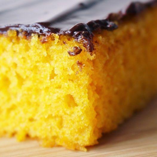 Receita de Bolo de Cenoura sem Glúten e sem Lactose: receita simples de liquidificador para você fazer um bolo de cenoura fofinho e delicioso! Confira no nosso blog de receitas!