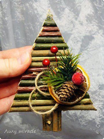 После небольшого перерыва представляю вам свою новинку - оригинальные сувенирные магнитики к Новому году! Эко-ёлочки с праздничным декором! Высота малюток 13 см. фото 3
