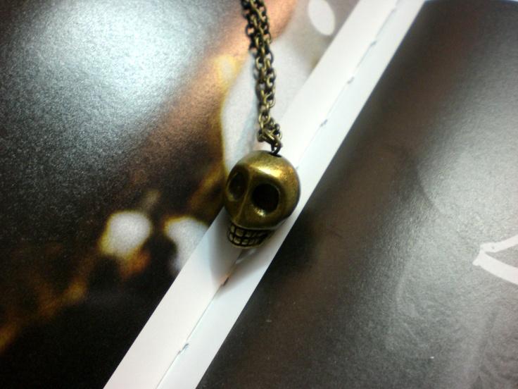 A01F06 CALAVERA L    - Calavera dorada tamaño L, 2 cm  - Cadena dorada eslabones pequeños  - Largo 75 cm  - 5 E