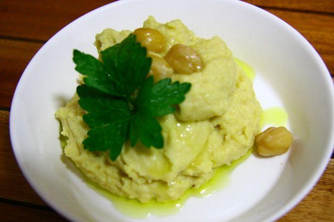 휴무스(Hummus, 허무스, 후무스, 허머스)는 병아리 콩으로 만드는 대표적인 메쩨다. 팔라펠을 만드는 김에 콩을 조금 더 불렸다. 만드는 법은 너무나 간단하다. 전날 밤에 불린 병아리콩을 삶아 믹서에 넣고 콩 삶은 물을 반 컵 정도 붓고, 레몬 반개 즙을 짜 넣고, 2스푼 정도의 올리브 오일과 약간의 소금 간만 해서 윙-하고 갈아버리면 끝!  그릇에 담아내고 지중해 요리답게 올리브 오일을 다시 듬뿍 뿌려준다. 장식은 삶아..