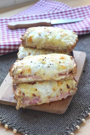 Tartinez chaque tranche de pain avec la béchamel froide. Pour la faire : faites fondre le beurre sur feu doux puis ajoutez la farine. Mélangez au fouet pendant quelques minutes. Ajoutez le lait froid, petit à petit, tout en fouettant. Laissez épai...