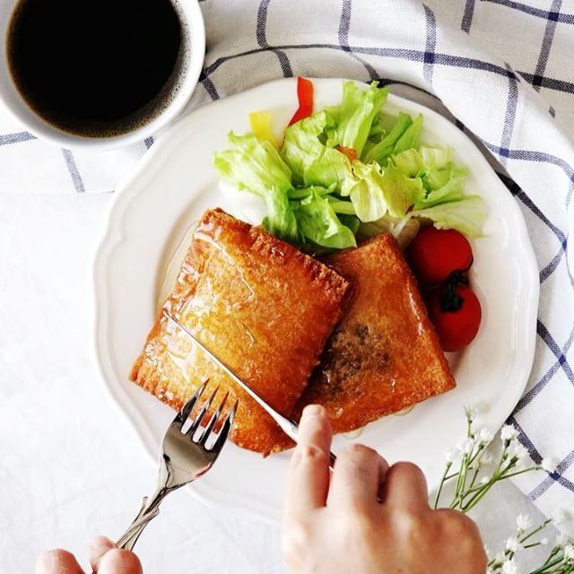 Fried sandwich poptart【こんがりサクサク】ネオ小倉トースト ■材料 4個分 ・サンドウィッチ用食パン 8枚 ・つぶあん 80g ・とろけるチーズ(板) 2枚 ・餅 2個 ・バター 40g ・水 適宜 ・小麦粉 適宜 ・揚げ油 ■手順 1. 食パンにつぶあん→バター→半分に切った餅→半分に切ったチーズの順番で乗せる 2. 水で溶いた小麦粉を端に塗り、もう一枚の食パンをかぶせ端を止める 3. 160℃の油で揚げる(5分~) #料理好きな人と繋がりたい #おうちカフェ #料理 #cooking #レシピ#delish  #yummyfood #homemadefood  #nomnom #ilovefood #instacook #instafood  #おうちご飯 #おうちごはん #昼ごはん #ランチ #晩ごはん #夜ごはん