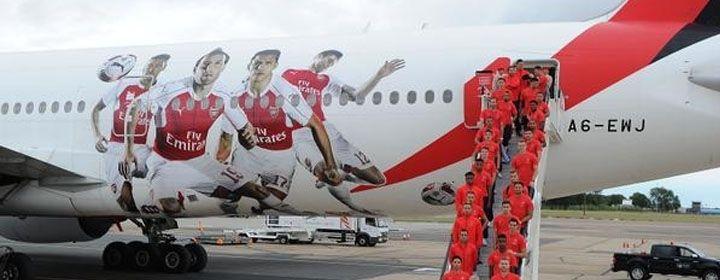 La figura de Alexis Sánchez en el avión del Arsenal - CNN Chile