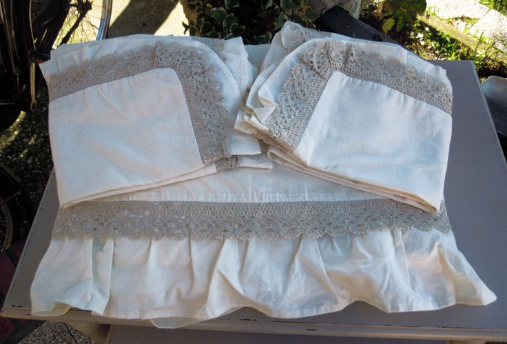 Cotton sheet bed with frills and lace of pure ivory linen.  Complete: with corners, top and pillowcases.