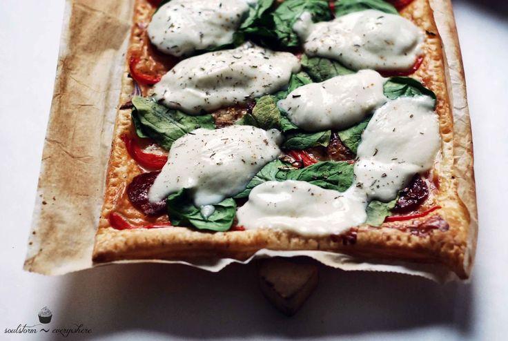soulstorm-everywhere: Pizza z chorizo, mozzarellą i szpinakiem na cieście francuskim!
