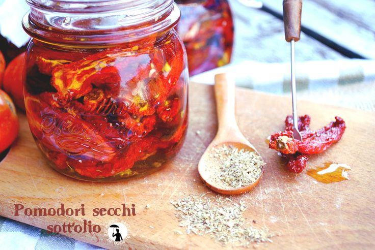 Pomodori secchi sott'olio aromatizzati con aglio, origanoe timo. Metodo di essiccazione con essiccatore elettrico