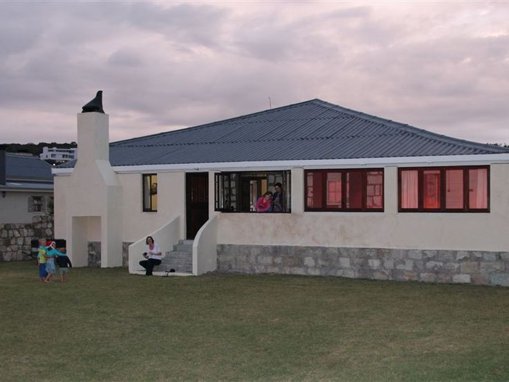 Die Ou Familie Strandhuis - Die Ou Familie Strandhuis is a big beach house overlooks the river and is located in the seaside village of Stilbaai, just 800 m from the main beach.The house has five bedrooms furnished with comfortable ... #weekendgetaways #stilbaai #southafrica