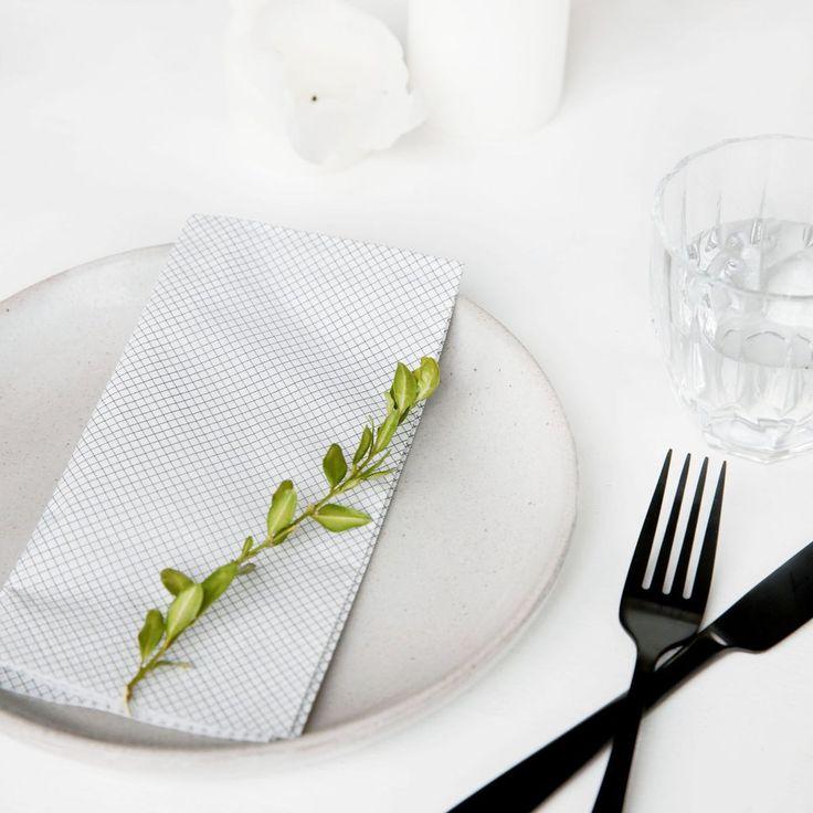 Un mod facil de a transforma o simpla seara acasa intr-o cina festiva, realizabil cu ajutorul servetelelor de hartie cu design geometric.