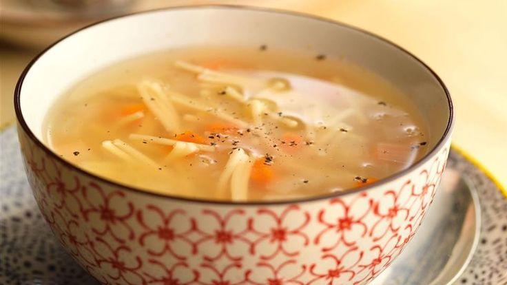 Sopa ligera de verduras con fideos y queso rallado