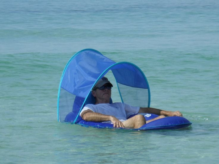 A spring pool float with a canopy that can easily be removed keeps the upper body protected from direct sun.