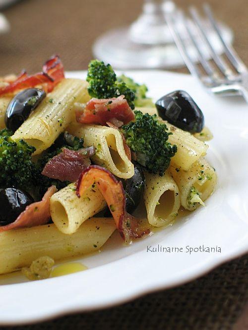 Kulinarne Spotkania: Makaron penne z brokułami, szynką parmeńską, oliwkami i kaparami