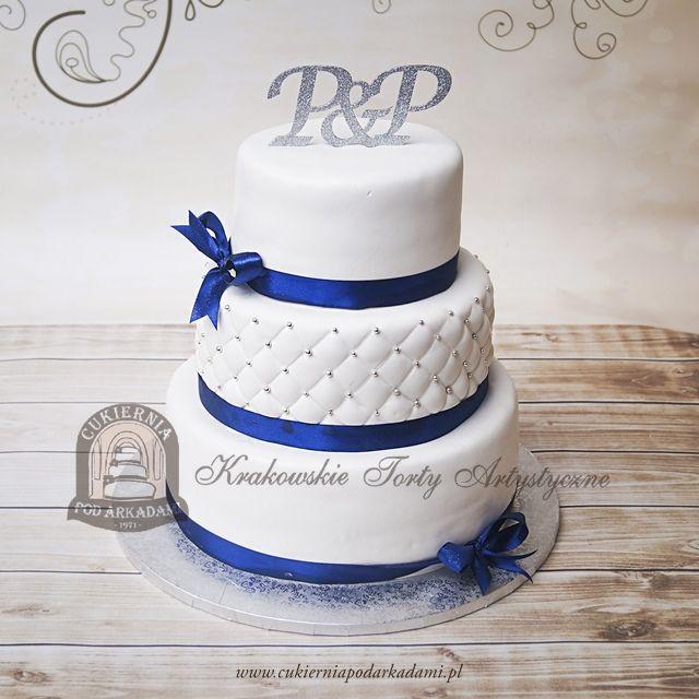23BW Klasyczny biały piętrowy tort weselny z pikowaną polewą i granatową wstążką. Simple but elegant 3 tier wedding cake decorateed with satin ribbon.